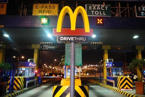 フィリピン・マニラでは、高速道路の料金所がマクドナルドのドライブスルーに様変わり!
