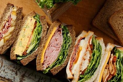 写真左より、バナナ&ベーコンサンドイッチ、エッグサンドイッチ、ハニーハム&チェダーチーズサンドイッチ、クラブハウスサンドイッチ、テリヤキチキンサンドイッチ