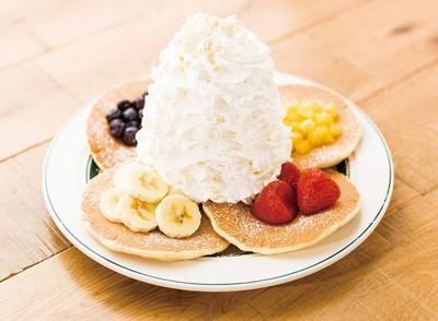 ホイップクリームがたっぷり!エッグスンシングスの「フルーツパンケーキサンプラー」(1600円)はディナー限定商品