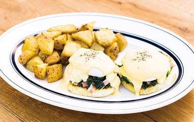 【写真を見る】朝食ブームでも大人気!エッグスンシングスの「エッグスベネディクト スタンダード」(1250円)