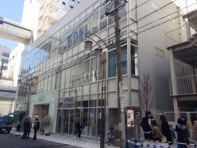 「midi」は、パルコ各館の中央という意味の「middle」と、3階建てのコンパクトな建物を連想させる「mini」を掛け合わせて名付けられた