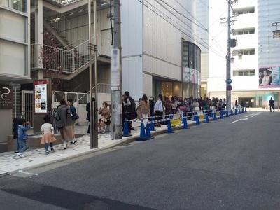 開店の2時間以上前から100人以上の行列ができる盛況ぶりだ