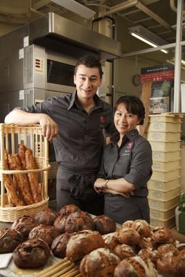 パン職人で実業家の石川芳美氏と、同じく実業家でパティシエとして活躍するロドルフ・ランドゥメンヌ氏がオープン