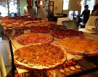 店舗にズラリと並んだ果物満載のタルト・フィンヌ