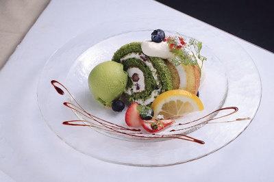 フローズンロールケーキプレート(¥780)は14時〜。抹茶とプレーンの2種のフローズンロールケーキにバニラと抹茶アイス、旬の果実を添えて。