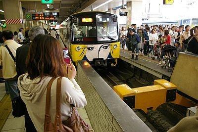 池袋駅では珍しいデザイン列車にみな足を止めていた