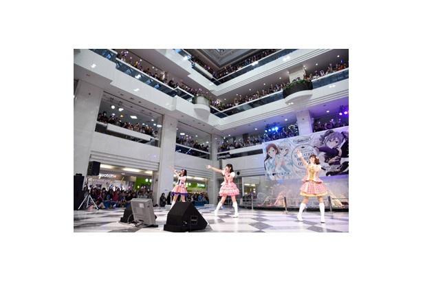大橋彩香、福原綾香、原紗友里がテレビアニメのオープニングテーマ「Star!!」を歌うと、噴水広場はサイリウムの光に包まれた
