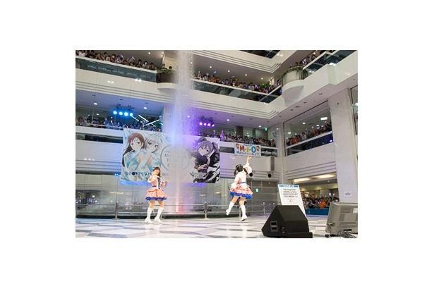洲崎綾と内田真礼が登場するとファンからは大歓声が。その声に2人はうれしそうに手を振って応えていた