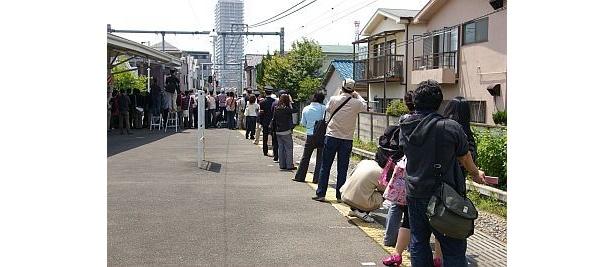 豊島園駅でデザイン列車を待つファン