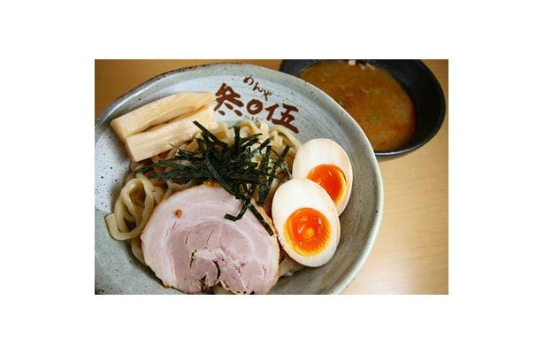 【めんや 参まる伍】「つけ麺参まる伍・味付玉子付」(¥980)。国産豚骨・国産煮干・野菜を煮込んだ、とろみ抜群のコラーゲンスープが絶品