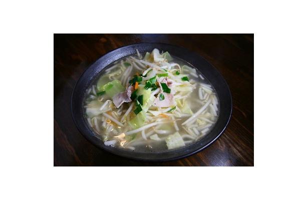 【タンメンしゃきしゃき】「塩たんめん」(¥700)。シャキシャキとしたもやしを始め、豚バラ肉やキャベツ・ニラ・人参。野菜たっぷりで健康的