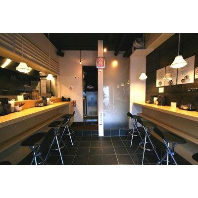 【めんや 参まる伍】カウンターが厨房側に5席、背向かいの壁側に5席。スタイリッシュかつコンパクトな店内で気軽に入店できる