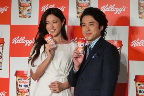 「ケロッグ 飲む朝食 フルーツグラノラ」新CMに深田恭子とムロツヨシが出演