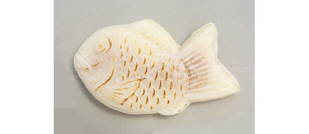 白い皮はモチモチの食感「道頓堀 白いタイヤキ」キャラメル味(200円)