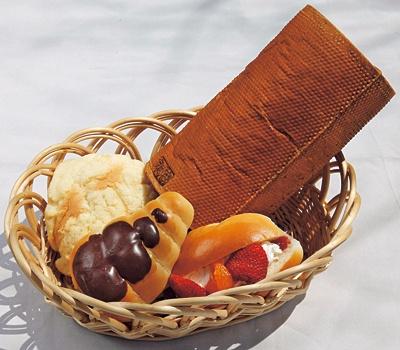 ウエルカムハウスではチョココルネ(手前中、150円)も販売