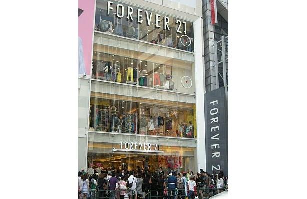 オープンしたての「FOREVER 21」に行列が!