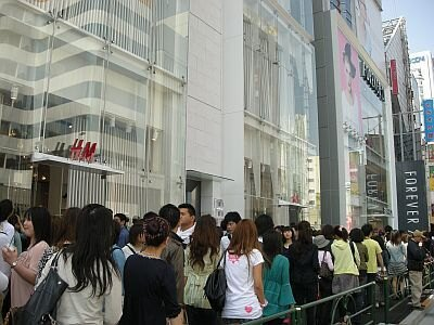 列は隣の「H&M」をこえ、表参道まで続いた