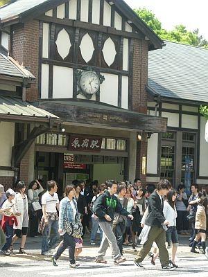 原宿駅前。入場制限かと思うほどの混雑を見せた