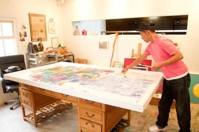 自宅にあるアトリエで制作に取り組む木梨憲武
