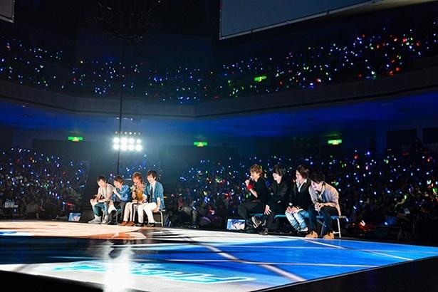 床がモニターになっているスペシャルステージに登壇した声優陣8人