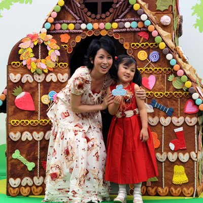 自由が丘駅前に突如として現れた「お菓子の家」。除幕式には、タレントの西村知美さんと娘の咲々ちゃんもかけつけた