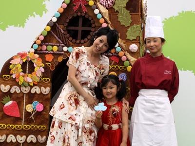 巨大な「お菓子の家」を前にして、西村親子もうれしそう