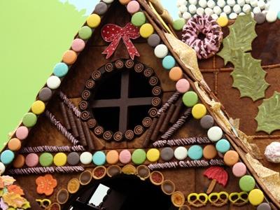 芸術性も高いこの「お菓子の家」は5/6(祝)までの期間限定展示