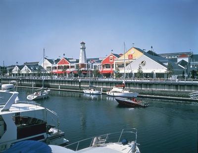 【写真を見る】すぐ隣がヨットハーバーという、港町・横浜らしいロケーションも人気の「三井アウトレットパーク 横浜ベイサイド」。アメリカ東海岸の港町をモデルにした施設だ