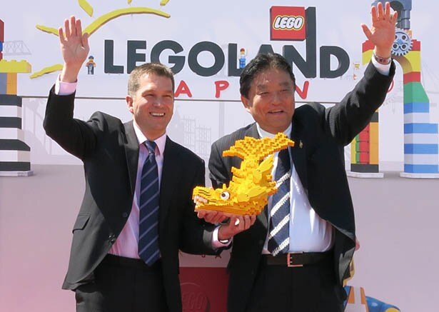 ニック・バーニーCEOからレゴのしゃちほこを受け取った河村たかし名古屋市長