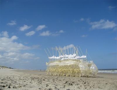 4月24日(金)~5月6日(水)、オランダの彫刻家・物理学者であるテオ・ヤンセン氏によるアート作品「ストランドビースト」が二子玉川の風を受けて動く