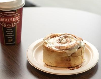 国内3店舗目となる米国シアトル発のベーカリーカフェ「シナボン/シアトルズベストコーヒー」。シナボン クラシック(420円)のしっとりもちもち食感を楽しんで!