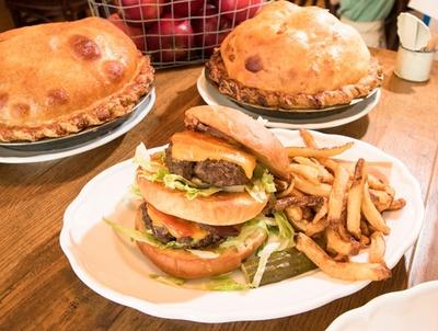 ニューヨーク本店のレシピを忠実に再現したというバビーズのダブルバーガー(2300円)。2枚の150gパティはボリューム満点だ!