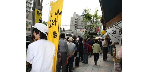 「つきぢ松露築地新店」に並ぶ大行列。築地「半額市」にて