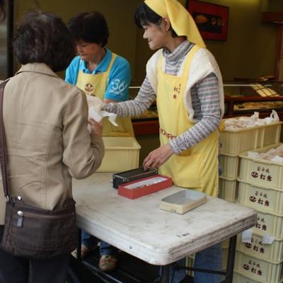 「つきぢ松露築地新店」では、混乱を避けるため、10時より少し早く販売を開始
