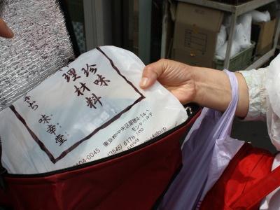 埼玉から来た主婦2人組の戦利品の数々。保冷ボックスに入れて持ち帰るそう