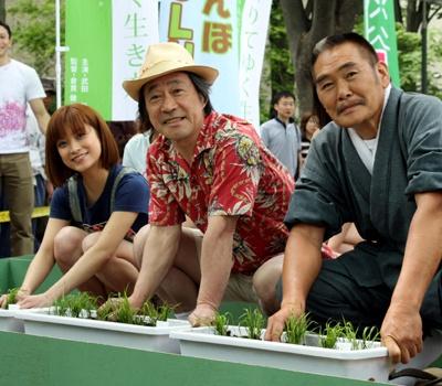 渋谷に田んぼが!植えたのはこの人!武田鉄矢さん(中)、刈谷俊介さん(右)、大谷充保さん(左)