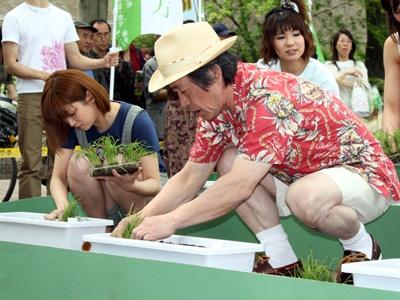 説明を聞いて、丁寧に植える武田さん