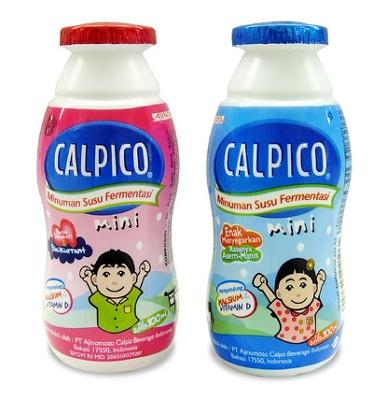インドネシアで発売されている「カルピコミニ」。子どもの手にちょうどよいミニサイズの可愛いボトル。 ワンコインならぬ、ワンビル(1000ルピア)で買えるカルピス