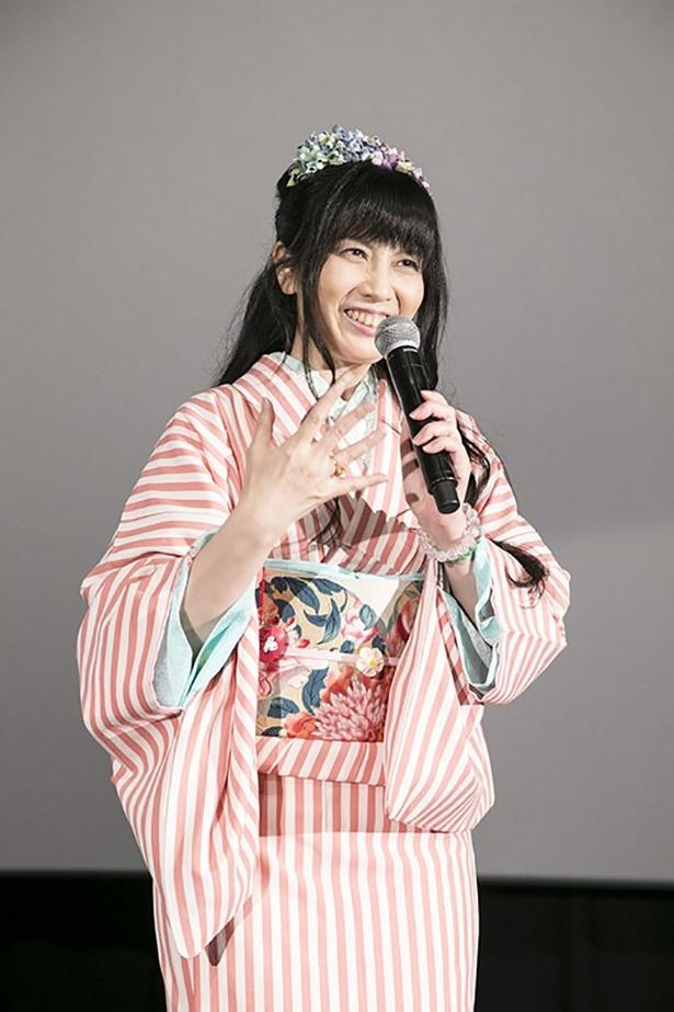 着物姿で登壇した川村万梨阿。夫である永野護にツッコミを入れつつトークを盛り上げた