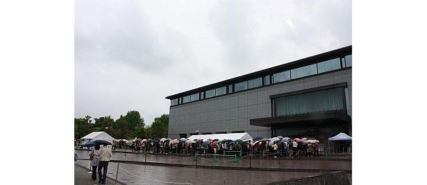 雨にもかかわらず多くの人が詰め掛けた