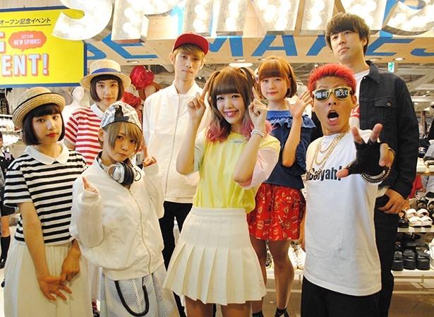 ふぇのたす(写真後列右3人)がSPINNS 大宮ARCHE店のオープンイベントに登場した。谷奥えま、谷奥えり、DJ ギズモ、藤田ニコル、あっくんらも出演