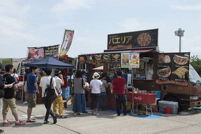 ミュージック&プレイエリアでは、日本各地の手作りフードも楽しめる