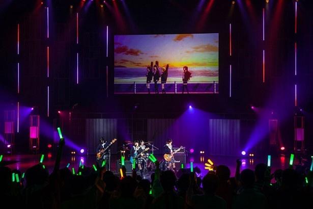 ライブコーナーの一番手はNeed Cool Quality。一生懸命練習したという4人の演奏と歌に、観客のボルテージは一気にMAXに
