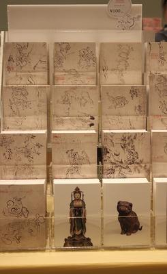 擬人化されたウサギやカエルが描かれた鳥獣戯画の「ポストカード」(100円)