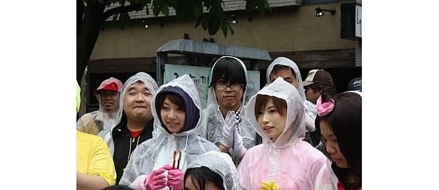 高見こころさん(前列右から2番目)と小泉麻耶さん(左から4番目)
