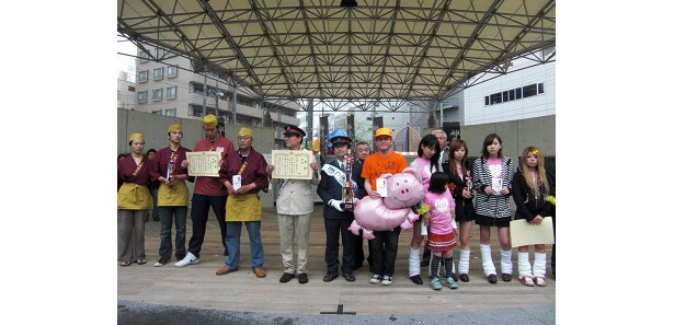 「第2回神奈川フードバトルinあつぎ」の風景。表彰式に続いて、金賞、銀賞、銅賞チームで記念撮影