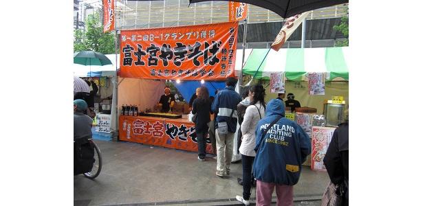 静岡が誇るB級グルメ、富士宮焼きそばに長蛇の列!