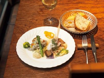 【写真を見る】地元食材を使用した、ビストロYUIGAのコースメニュー。ランチのプチコースは2000円から、ディナーは3800円から用意