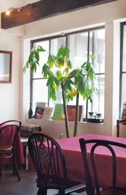フランスの小さなレストランを思わせる、ひらみぱんの店内