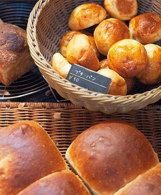 ひらみぱんの入り口付近には、約30種類ほどのパンや焼き菓子が並ぶ